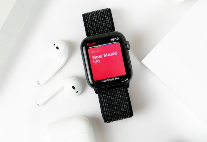 daniel-korpai-airpods-applewatch-unsplash