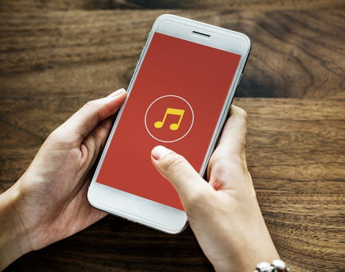 RawPixel / celular reproduzindo música / Pixabay / aumentar volume do celular