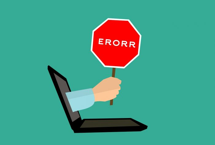 Mohamed Hassan / mão com placa de erro saindo de tela de notebook / Pixabay / javascript void 0
