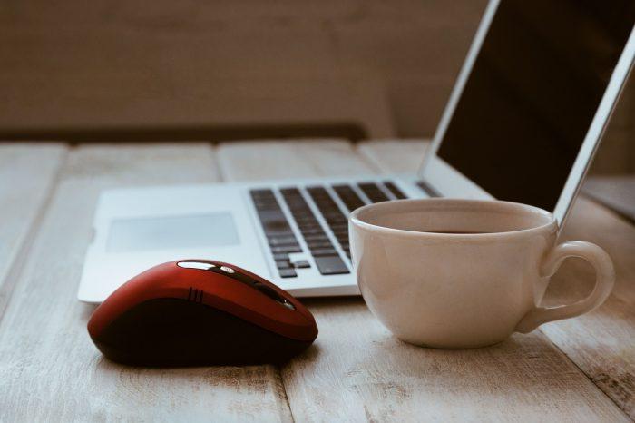 StockSnap / mouse, notebook e xícara de café / Pixabay / quem inventou o mouse