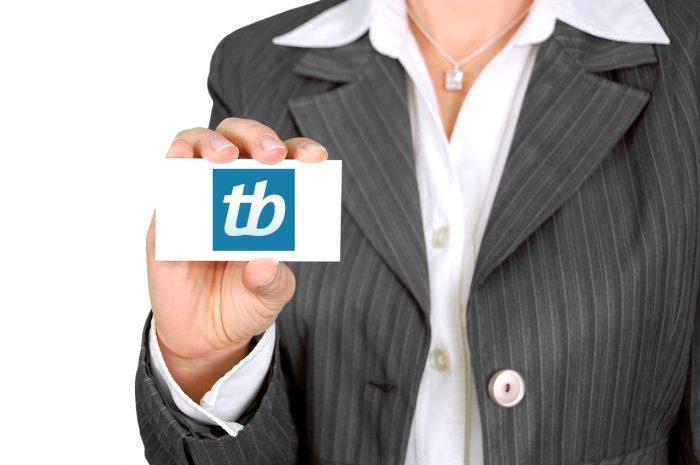 jarmoluk / mulher exibe cartão de visitas com logo do TB (alterado) / Pixabay / cartão de visita virtual