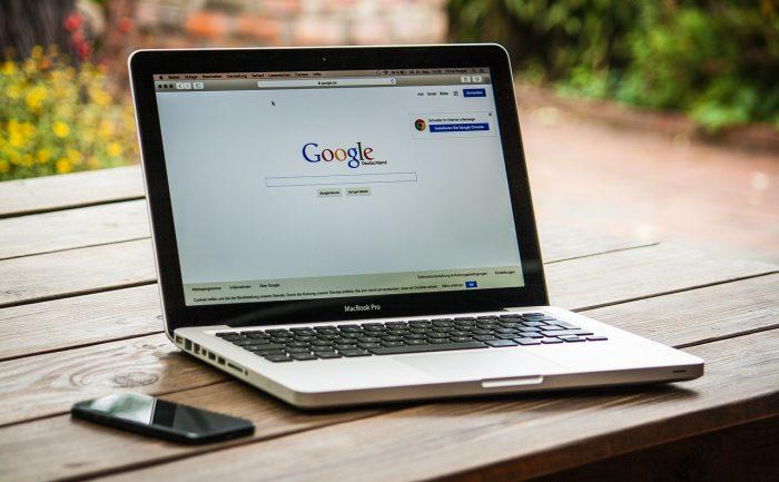 377053 / MacBook Pro com navehador aberto na página do Google / Pixabay / dns google