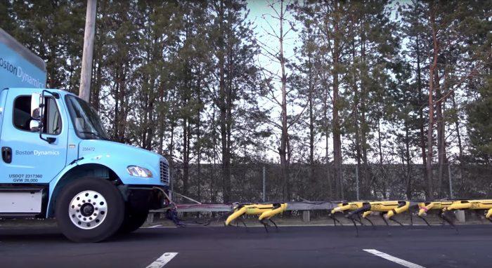 robô spotmini puxando caminhão