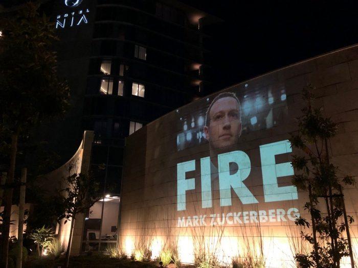 Projeção em prédio pedia a saída de Mark Zuckerberg (Foto: Fight for the Future)