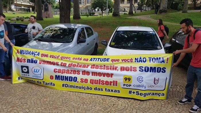 Motoristas da Uber no Brasil fazem manifestação por aumento de tarifas (Foto: Victor Hugo Silva/Tecnoblog)