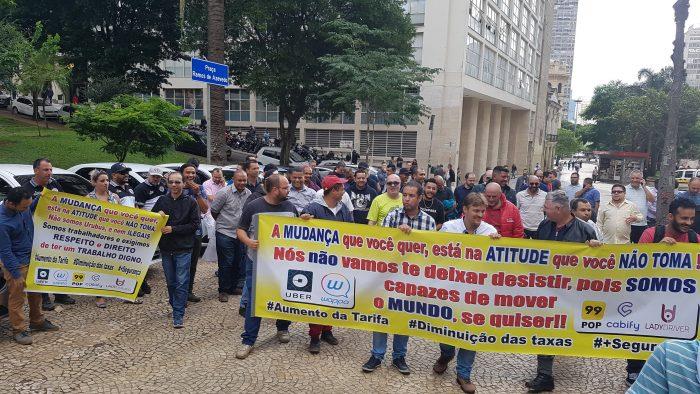 Motoristas de aplicativos se reúnem no Vale do Anhangabaú (Foto: Victor Hugo Silva/Tecnoblog)