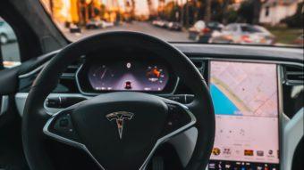 Tesla atualiza carros elétricos com recurso para robotáxis