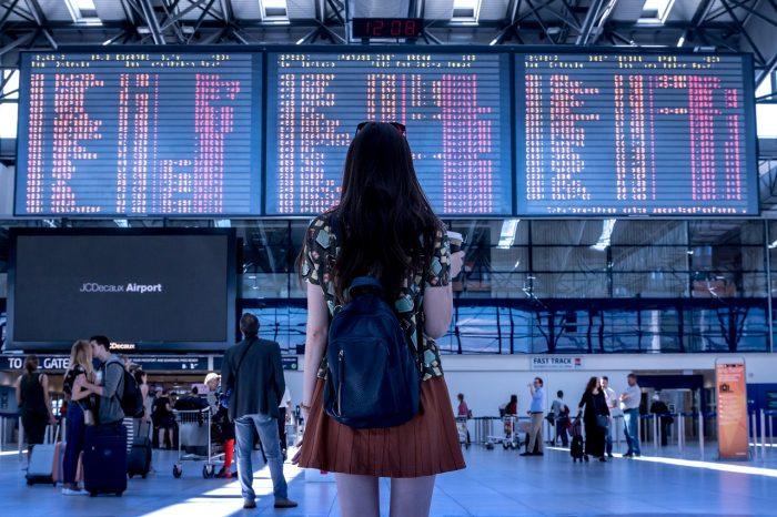 JESHOOTS-com / garota em frente a painel de voos de aeroporto / Pixabay / skiplagging