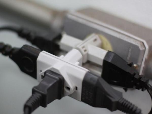 vários adaptadores ligados na tomada