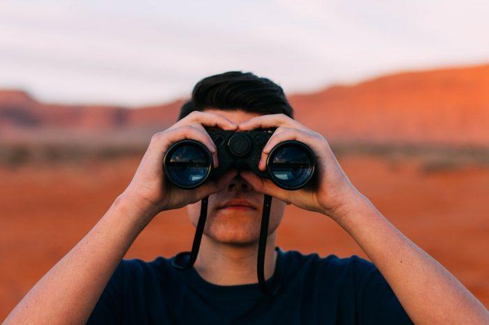 Free-Photos / homem com binóculos olhando para a frente / Pixabay