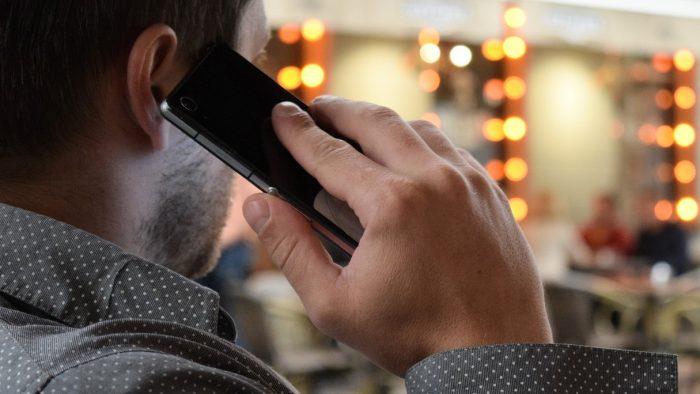 homem falando ao celular