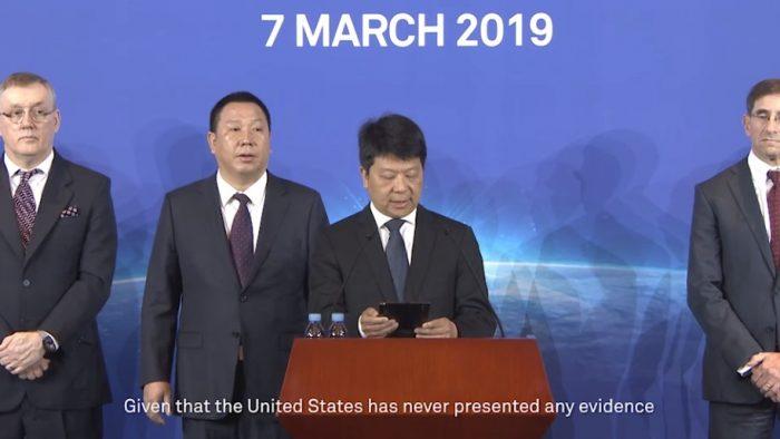 Executivo da Huawei lê no Mate X