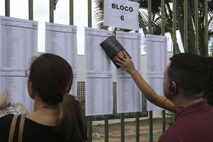 Candidatos aguardam abertura do portões do UniCEUB para o primeiro dia de provas do Enem 2018 (Foto: Valter Campanato/Agência Brasil)