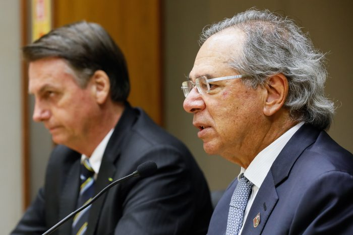O presidente Jair Bolsonaro e o minsitro Paulo Guedes (Foto: Isac Nóbrega/PR - 06/05/2019)