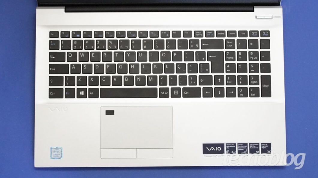 Note que o touchpad é alinhado com o teclado alfanumérico, não com o teclado com um todo