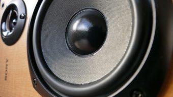 Aumentar volume no máximo pode estragar uma caixa de som?