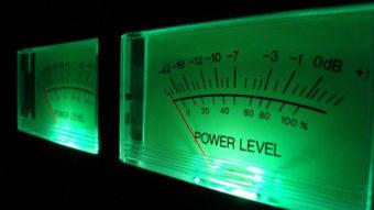 Qual a diferença entre frequência e decibéis?