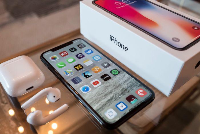 iphone sobre a mesa