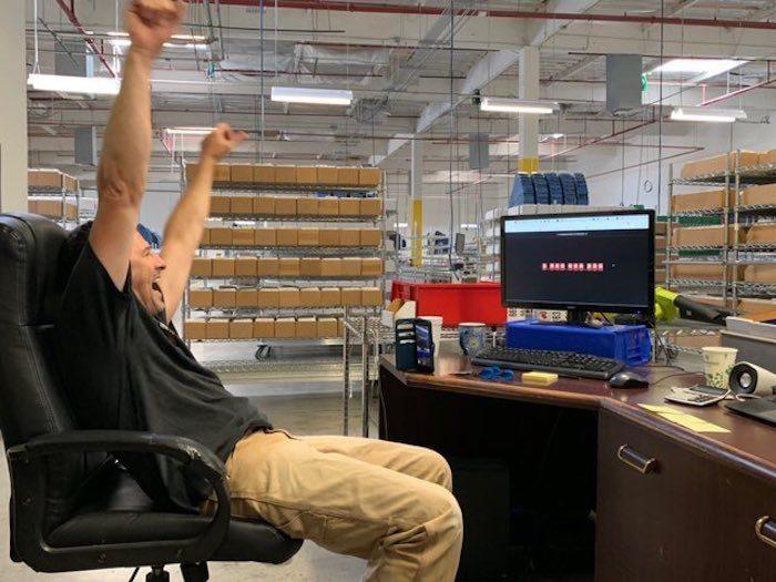 Funcionário da DVD.com comemora quinto bilionésimo DVD enviado (Foto: Netflix)