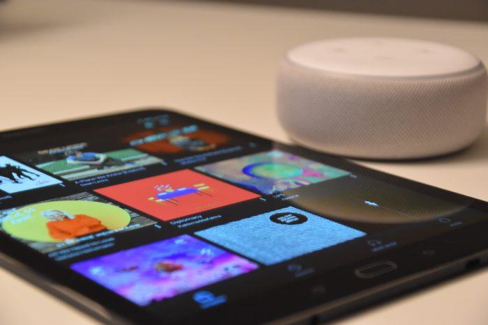 tablet ao lado de amazon echo dot com alexa