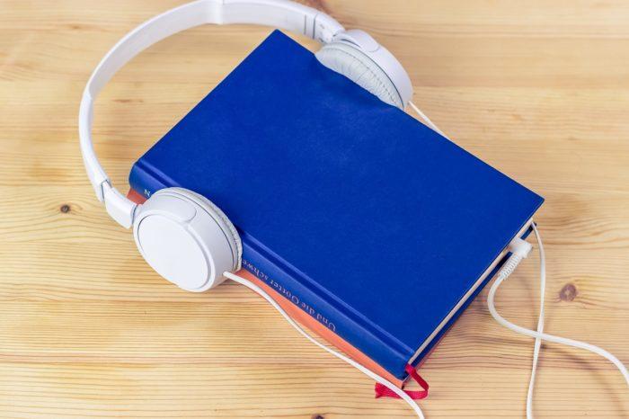 sik-life / livro com fone de ouvido / Pixabay / audiolivro