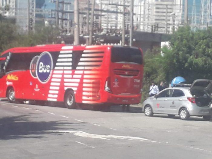 Ônibus da Metra abordado por agentes da Prefeitura de São Paulo (Foto: Diário do Transporte)