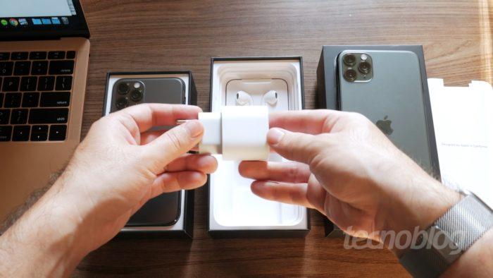 Adaptador USB-C do iPhone 11 Pro Max (Imagem: Paulo Higa/Tecnoblog)
