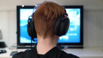 Como conectar seu fone de ouvido na TV [com ou sem fios]