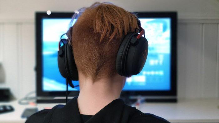Bokskapet / garoto com headphone na frente da TV / Pixabay / fone de ouvido tv