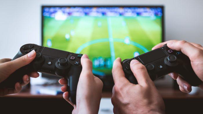 Aprenda alguns comandos de dribles no FIFA 21 (Imagem: Jeshoots / Unsplash)