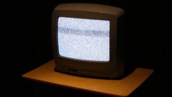 Como transformar uma TV de tubo em smart [e assistir até Netflix]