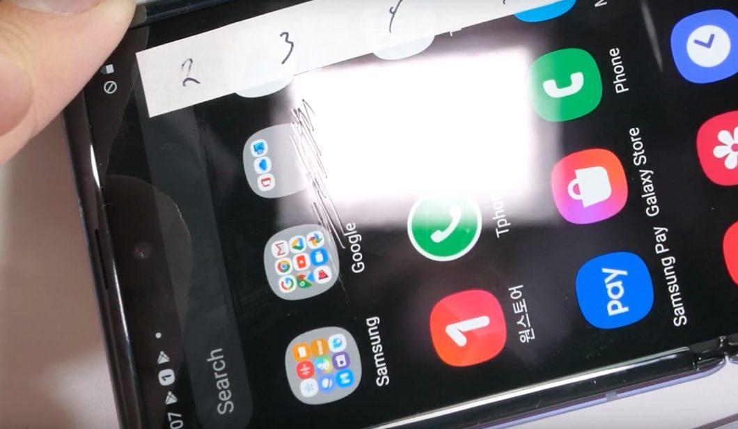 A tela do Galaxy Z Flip risca fácil (foto: JerryRigEverything)