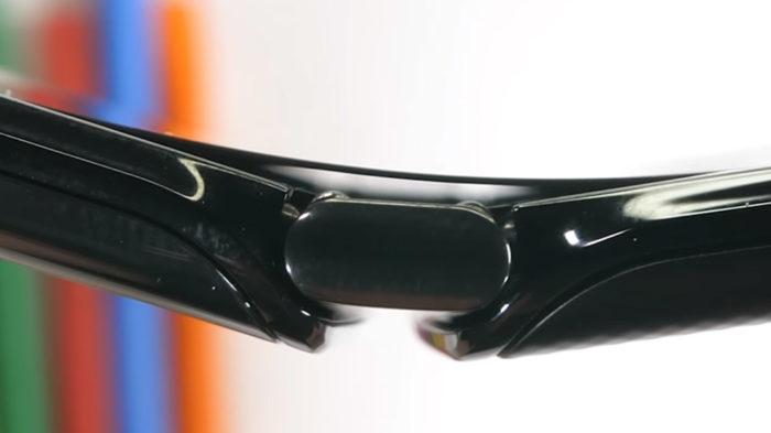 Dobradiça do Motorola Razr (Foto: Reprodução/JerryRigEverything)