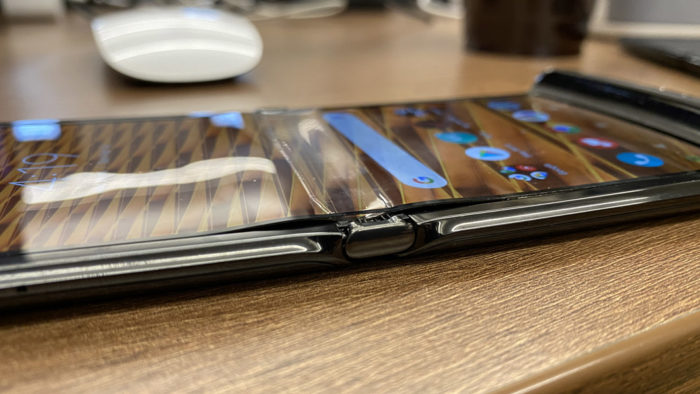 Tela de um Motorola Razr se descola (Foto: Input)