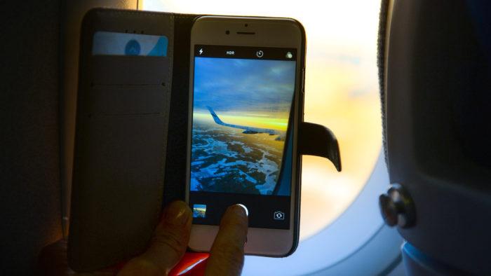 Skitterphoto / celular no avião / Pixabay / modo avião