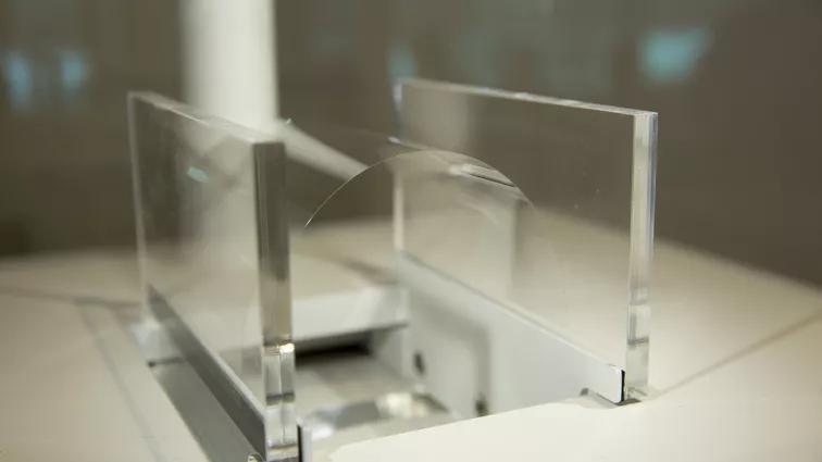 Vidro flexível de 70 mícrons da Schott (foto: CNET)