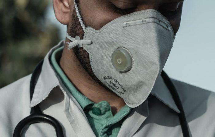 Ashkan Forouzani / Máscara N95 & Médico / Unsplash