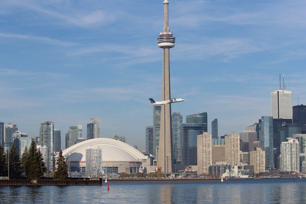 CN Tower, em Toronto. Torre também possui antenas de celular. Foto: therise/Pixabay