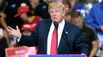 Twitter remove posts de Trump pela 1ª vez e ameaça banir conta