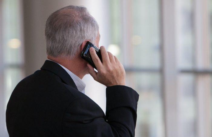 Falando no celular. Foto: Kim Reardan/Unsplash