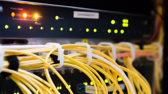 Rack de provedor de internet fibra óptica. Foto: jarmoluk/Pixabay