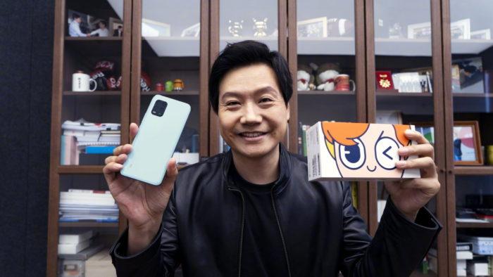 Lei Jun segura Xiaomi Mi 10 Youth Edition
