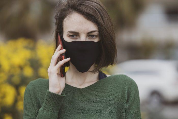 Mulher usando máscara - coronavírus (foto: Pixabay)