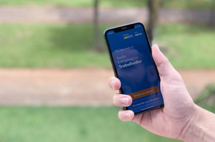Smartphone com o aplicativo do Auxílio emergencial aberto
