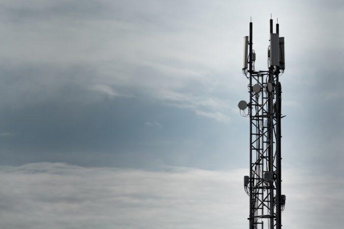 Torre com antenas de celular