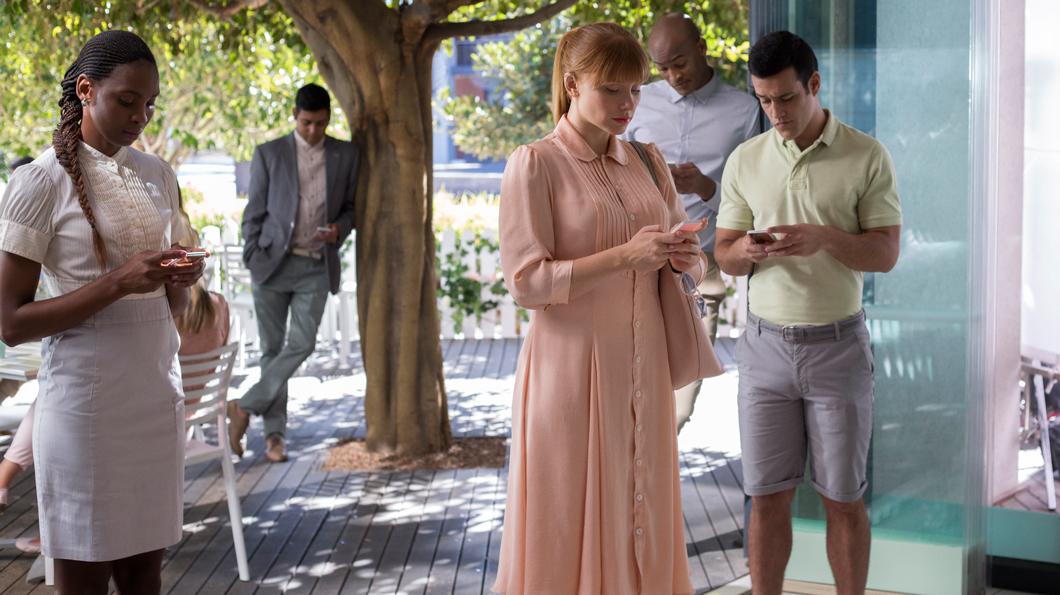 No episódio Nosedive, de Black Mirror, usuários dão notas para amigos em redes sociais (Foto: Divulgação/Netflix)