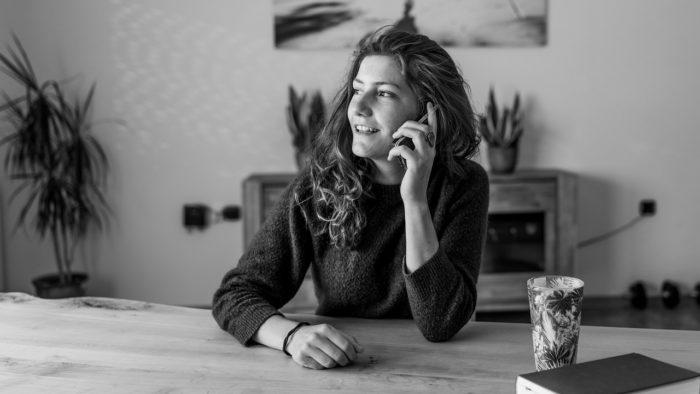 Mulher utilizando celular para chamadas. Foto: Vinzent Weinbeer/Pixabay