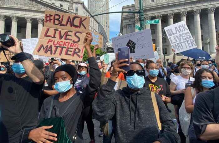 Protesto pela morte de George Floyd (foto: Forbes)