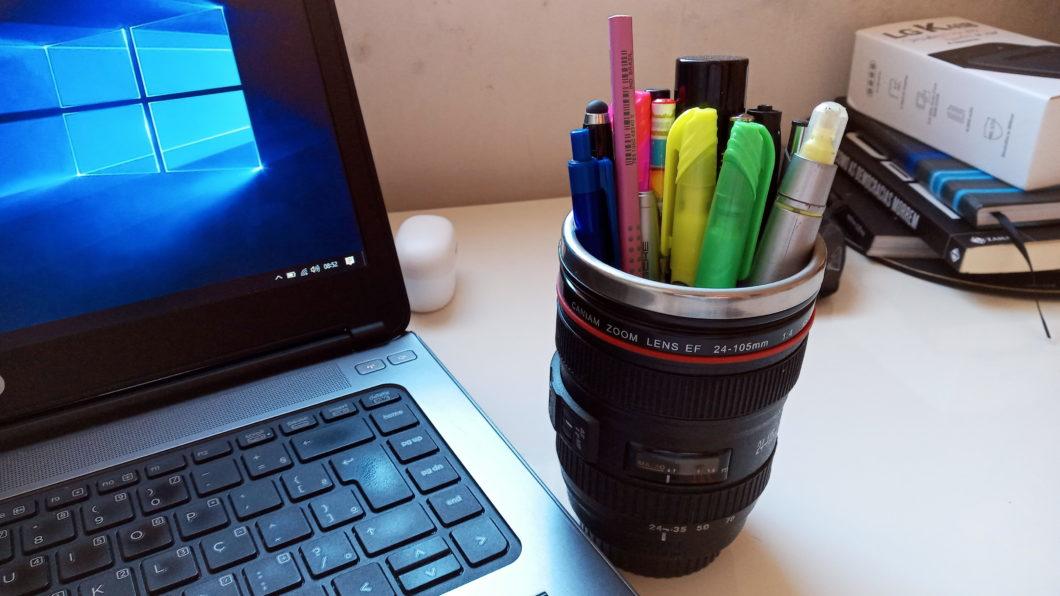Foto de uma mesa com vários itens de escritório