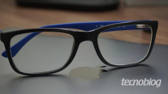 Óculos em um MacBook da Apple (Imagem: André Fogaça/Tecnoblog)